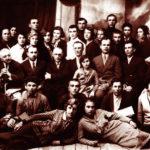 Профессорско-преподавательский состав ДМИ со студентами. В центре – директор М. Ю. Нахибашев, 1934 г.