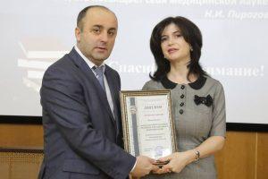 Ректор С.Н. Маммаев вручает заведующему кафедрой Б.А. Абусуевой диплом лучшей кафедры